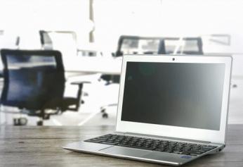 Un visuel avec un ordinateur dans un bureau
